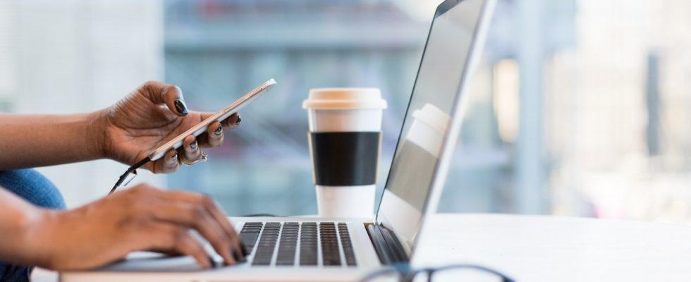 kaffe ved computeren