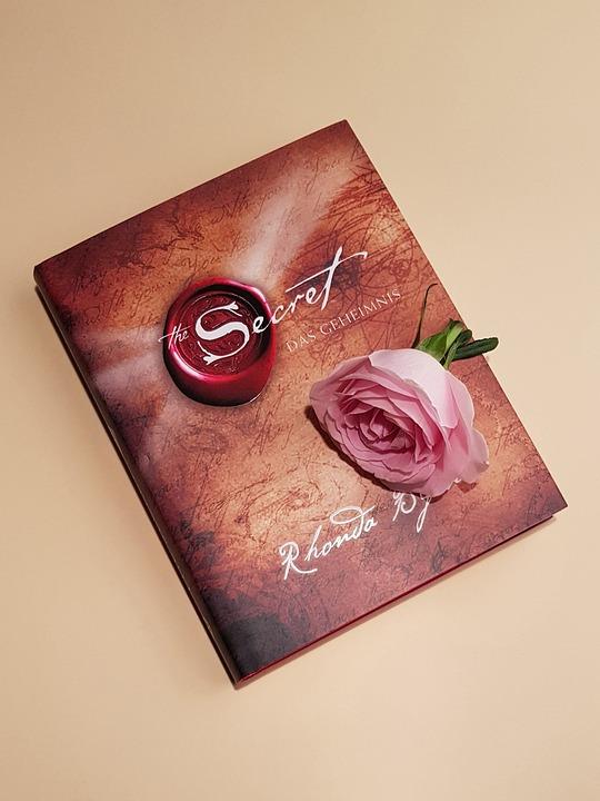 bog og rose med hemmelighed