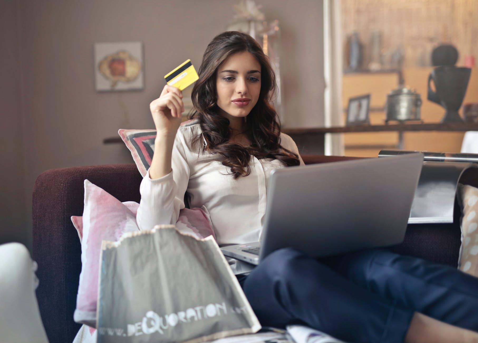 Dame køber på nettet