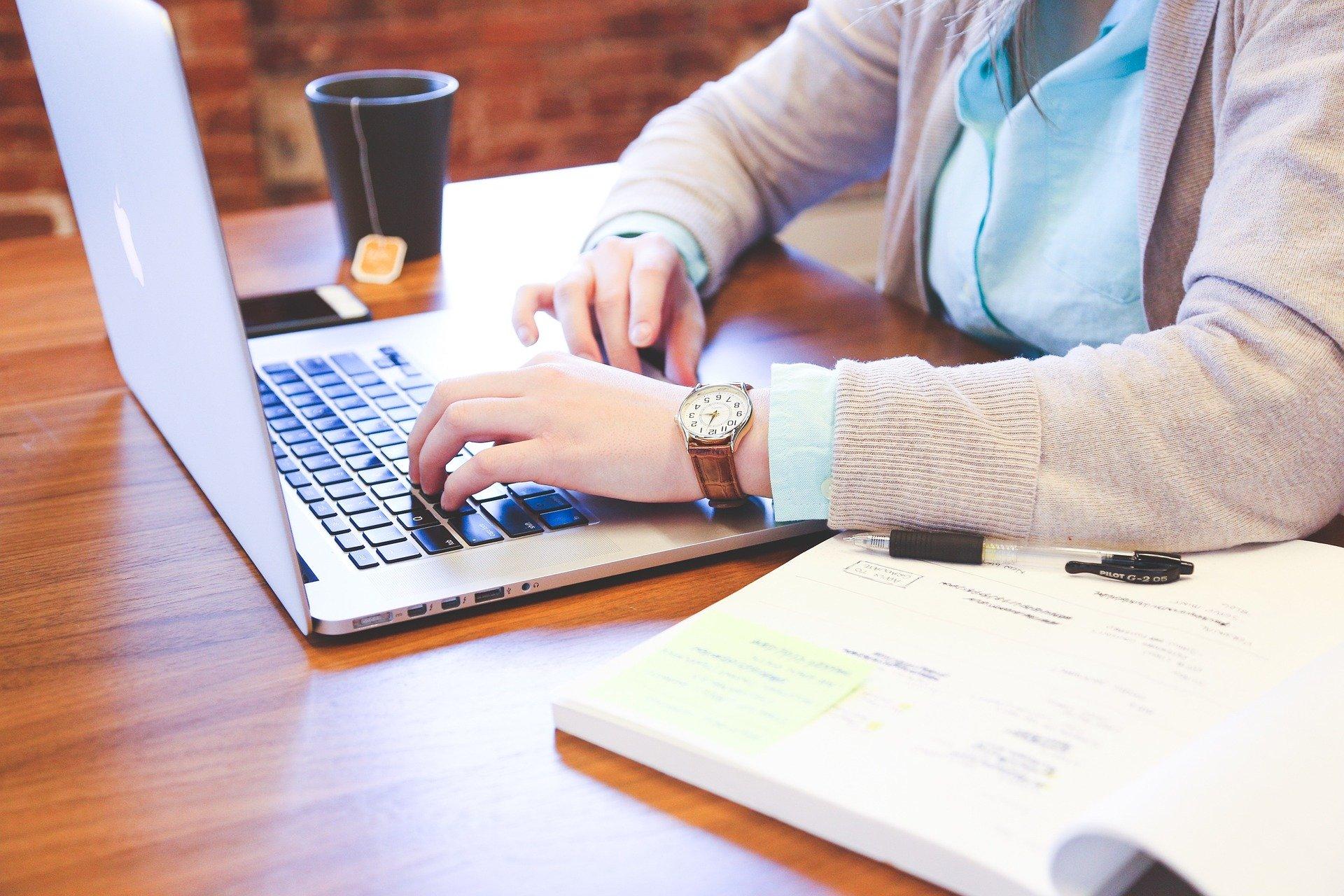 Kvinde med computer/