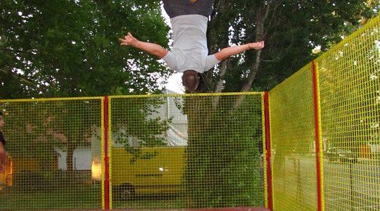 Mand slår salto på trampolin