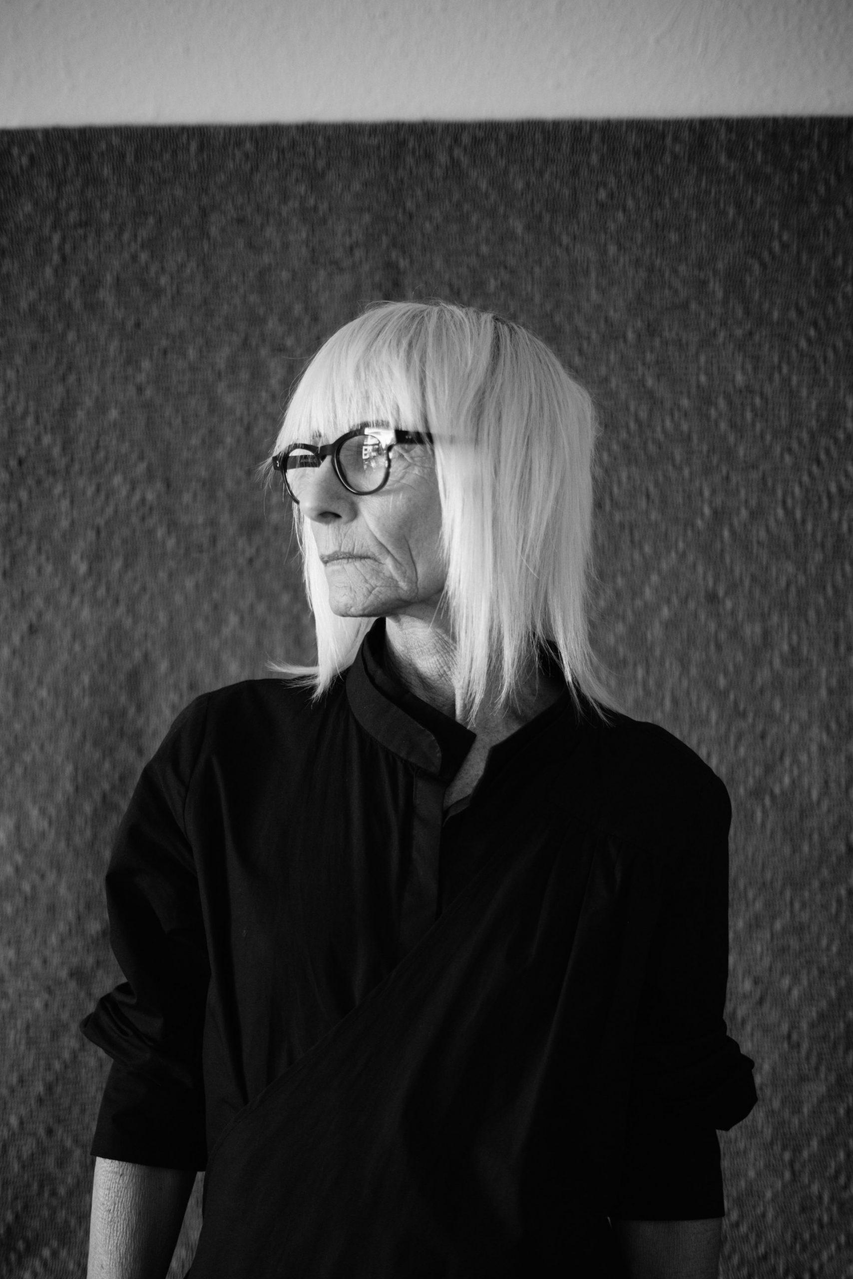 Ældre kvinde med briller og skjorte