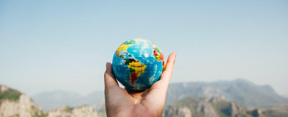 Hånd med close-up globus