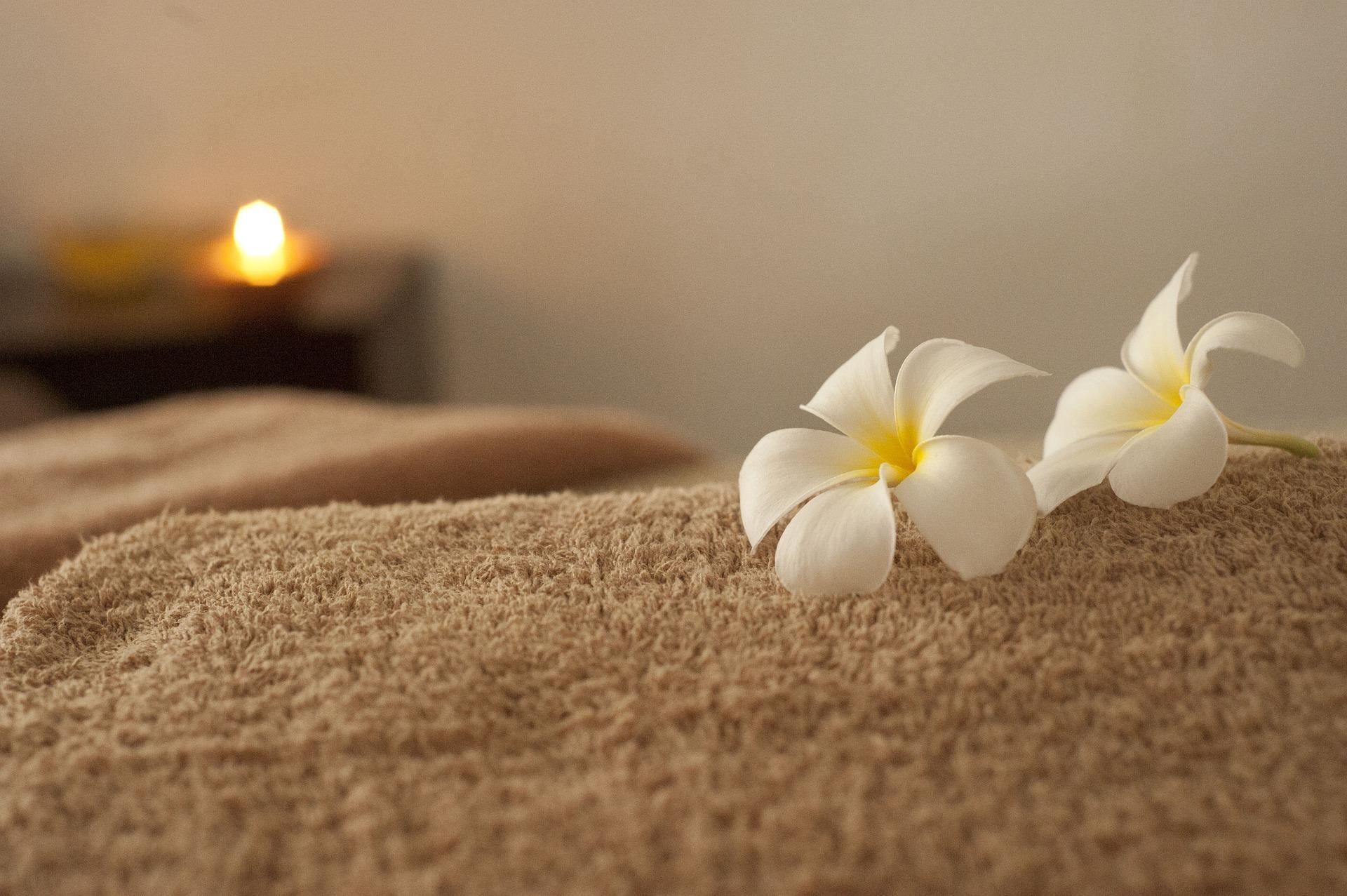 håndklæde og blomster