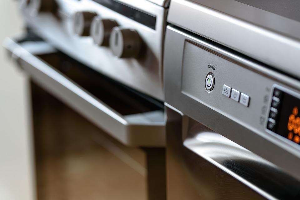 husholdningsapparater i køkken