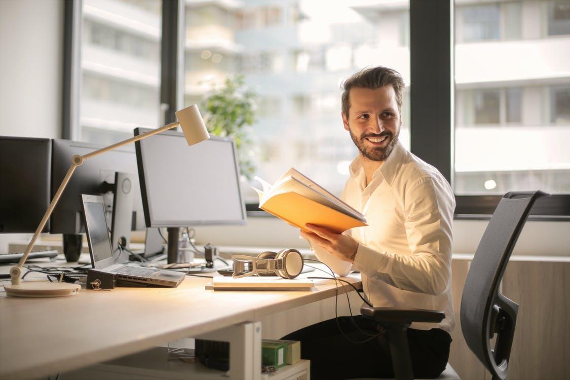 glad mand på sit kontor