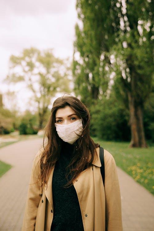 kvinde i park med mundbind