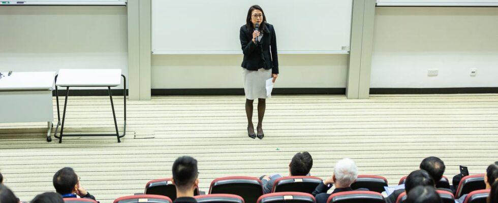 Kvinde holder tale foran klasse
